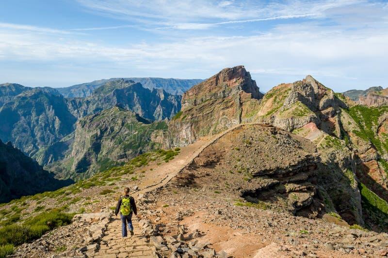 Donna turistica che cammina sulle montagne dell'isola del Madera immagine stock