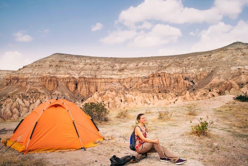Donna turistica che fa un'escursione con la tenda in Cappadocia immagine stock