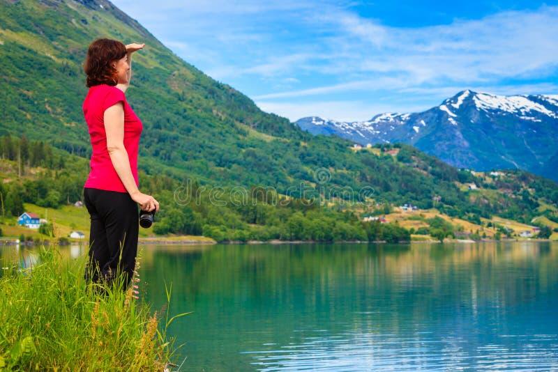 Donna turistica che gode della vista del fiordo in Norvegia fotografia stock libera da diritti