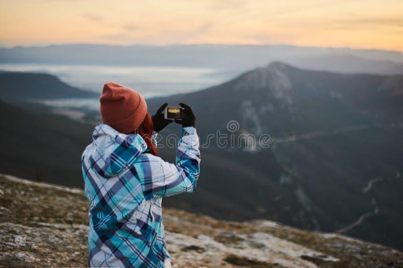Donna turistica che prende un colpo mobile dallo Smart Phone Concetto mobile di fotografia fotografia stock