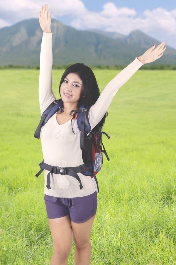Donna turistica che solleva le mani nella montagna fotografia stock libera da diritti