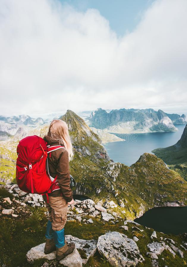 Donna turistica con lo zaino che gode della vista in montagne fotografie stock