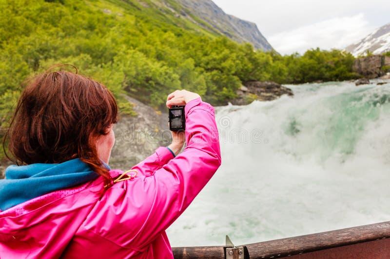 Donna turistica dalla cascata di Videfossen in Norvegia fotografia stock