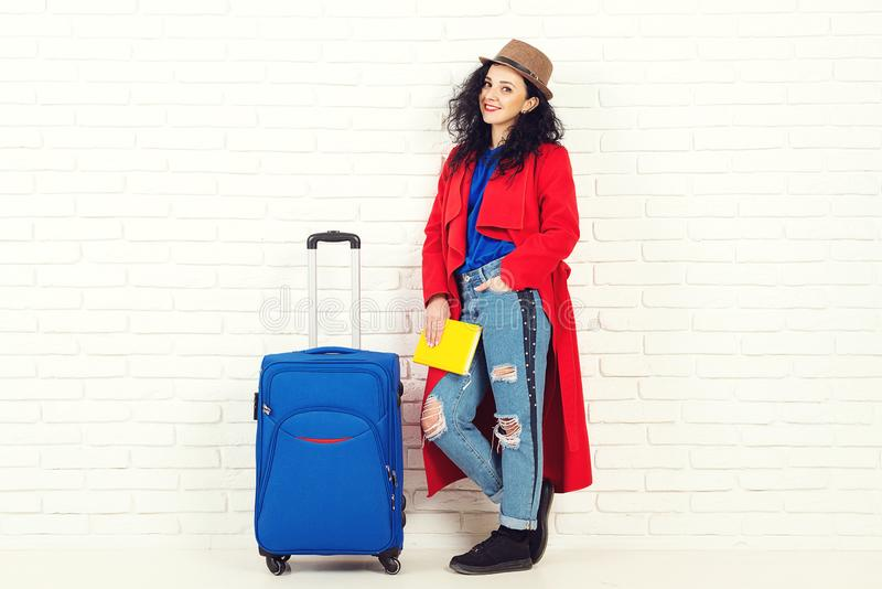 Donna turistica del viaggiatore in cappello di estate con la valigia su fondo bianco r immagini stock