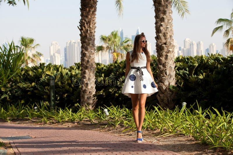 Donna turistica di viaggio del Dubai sulla vacanza nella passeggiata di Jumeirah della palma fotografia stock
