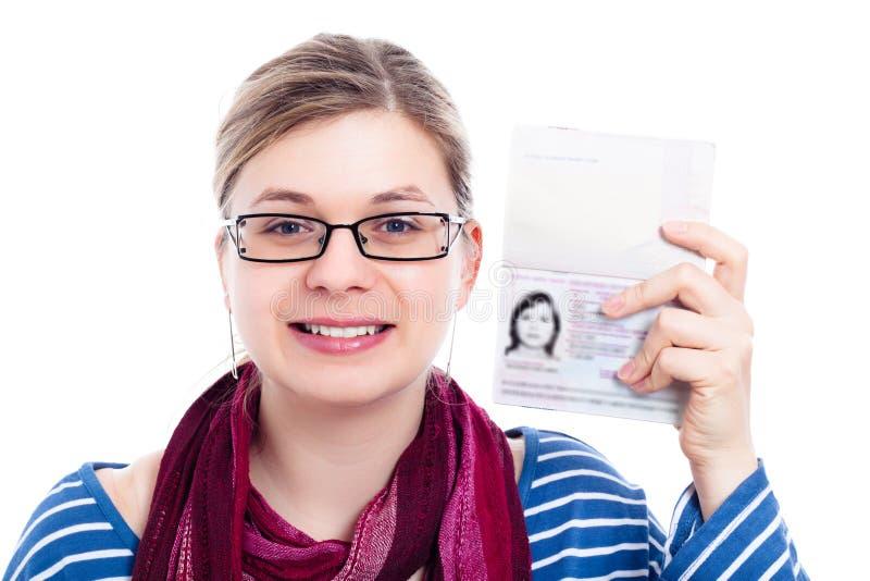 Donna turistica felice del viaggiatore con il passaporto immagini stock