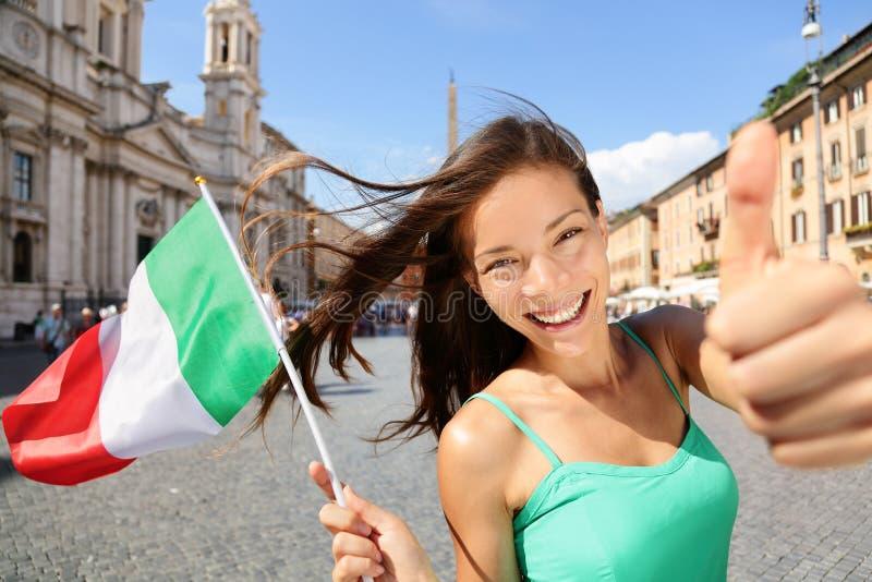 Donna turistica felice della bandiera italiana a Roma, Italia immagine stock