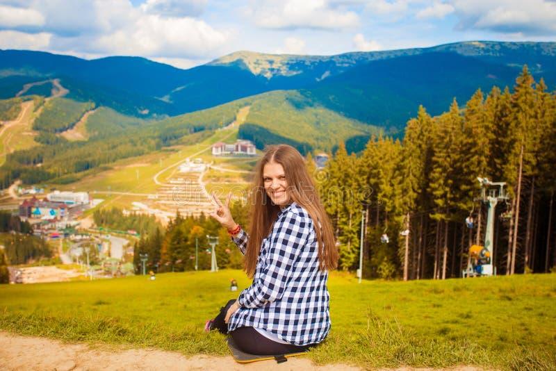 Donna turistica felice sopra le montagne, concetto di libert? immagine stock libera da diritti