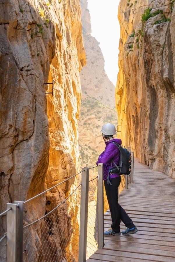 Donna turistica nell'attrazione turistica Malaga, Spagna di El Caminito del Rey immagini stock