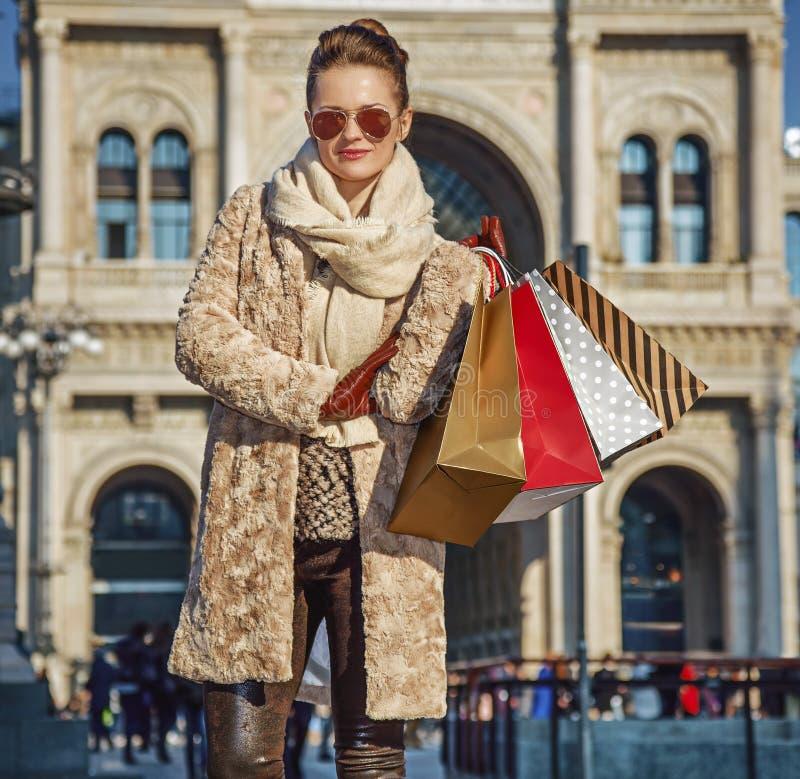 Donna turistica a Piazza del Duomo a condizione di Milano, Italia fotografia stock