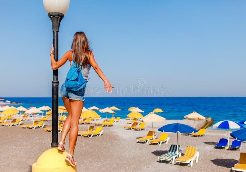 Donna turistica sulla spiaggia di Elle sull'isola di Rodi, Dodecanese, Grecia Panorama con la spiaggia di sabbia piacevole e chia fotografie stock