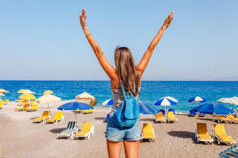 Donna turistica sulla spiaggia di Elle sull'isola di Rodi, Dodecanese, Grecia Panorama con la spiaggia di sabbia piacevole e chia fotografia stock