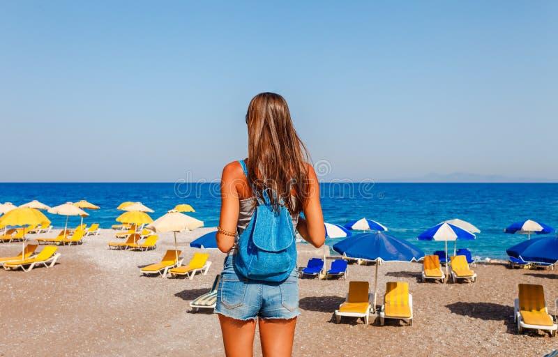 Donna turistica sulla spiaggia di Elle sull'isola di Rodi, Dodecanese, Grecia Panorama con la spiaggia di sabbia piacevole e chia immagini stock libere da diritti
