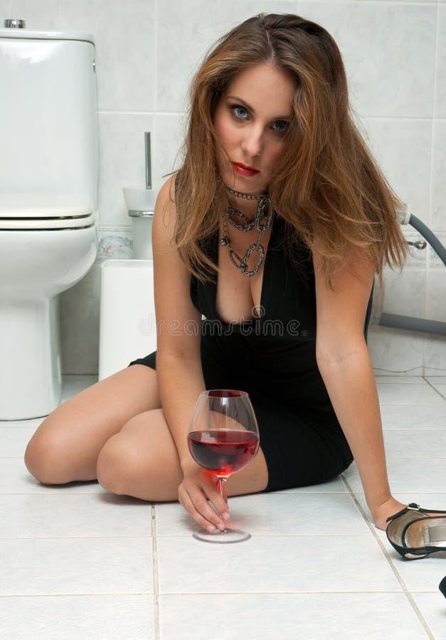 Donna ubriaca nella sua stanza da bagno fotografie stock