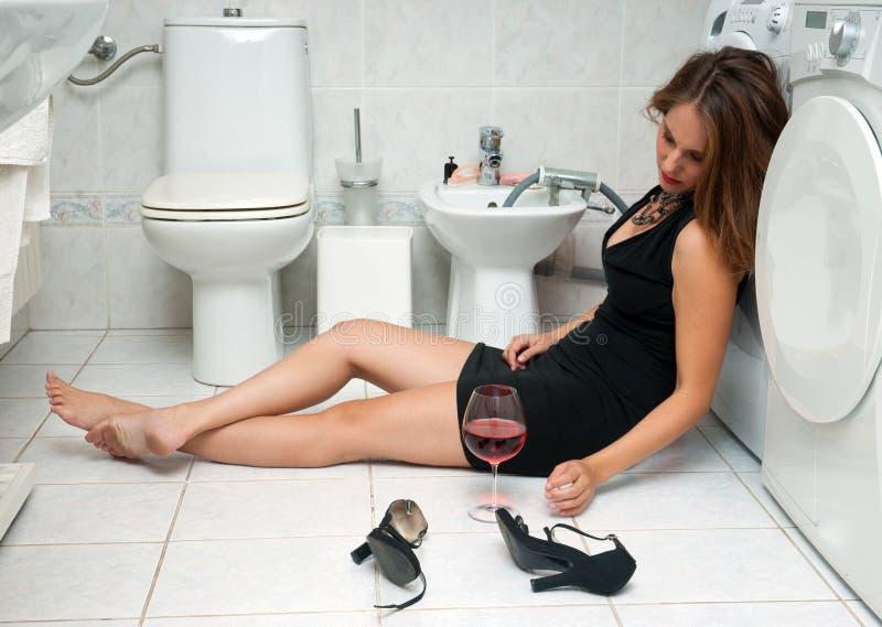 Donna ubriaca nella sua stanza da bagno fotografia stock libera da diritti