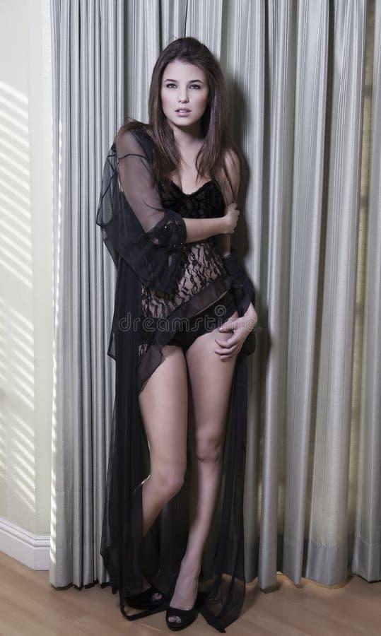 Donna in un abito nero lungo fotografia stock