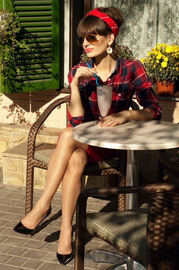 Donna in un caffè immagini stock libere da diritti