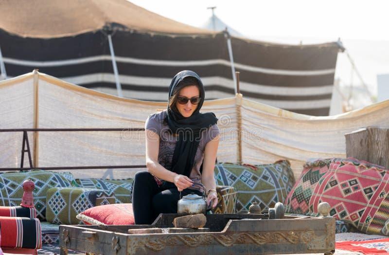 Donna in un campo del deserto vicino a Doha fotografie stock