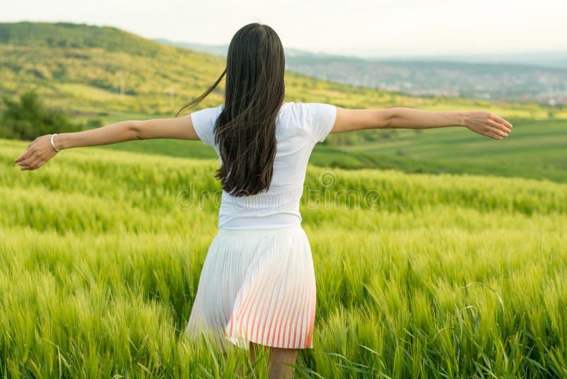 Donna in un campo di frumento fotografie stock libere da diritti