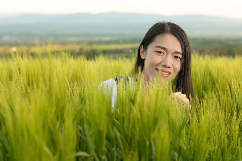 Donna in un campo di frumento immagini stock