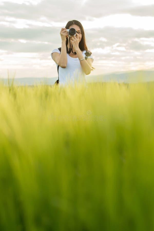 Donna in un campo di frumento fotografia stock libera da diritti