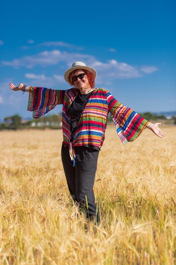 Donna in un campo di frumento immagine stock libera da diritti