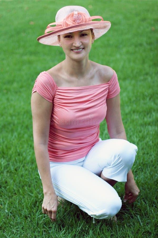 Donna in un cappello di paglia dentellare fotografia stock libera da diritti