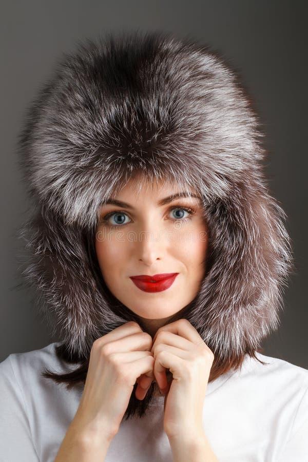 Donna in un cappello di pelliccia immagine stock