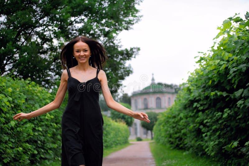 Donna in un giardino fotografia stock