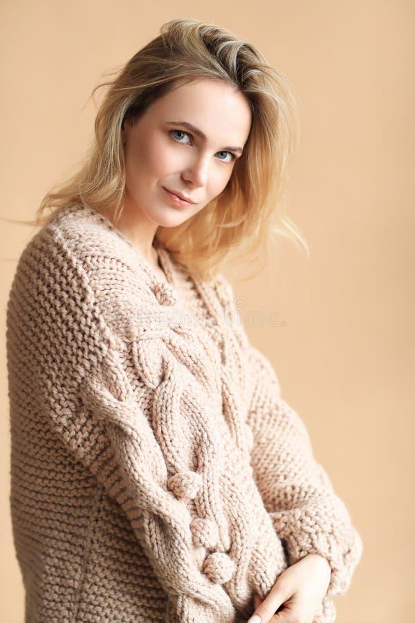 Donna in un maglione immagine stock libera da diritti