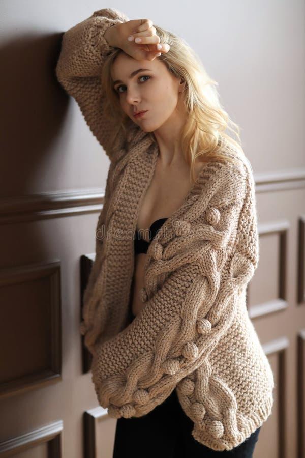 Donna in un maglione fotografie stock
