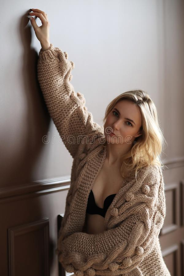 Donna in un maglione fotografia stock