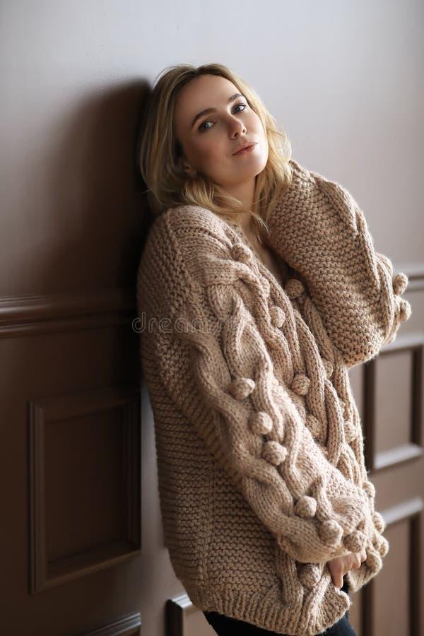 Donna in un maglione fotografia stock libera da diritti