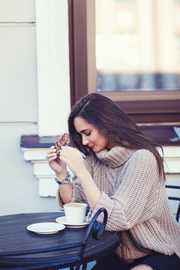 Donna in un maglione con una tazza di caffè fotografie stock libere da diritti