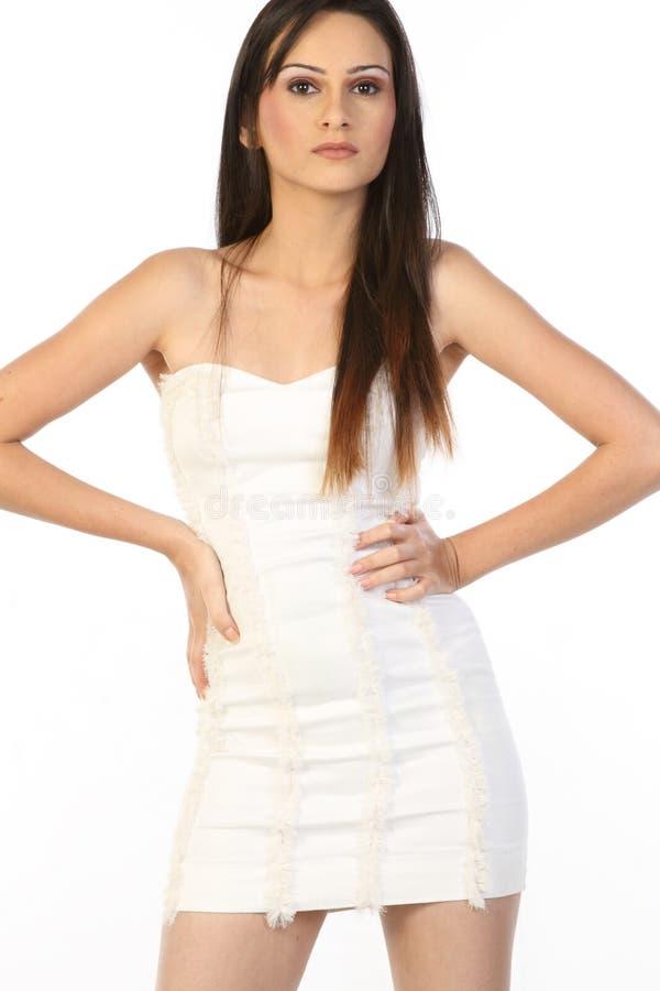 Donna in un miniskirt bianco immagine stock