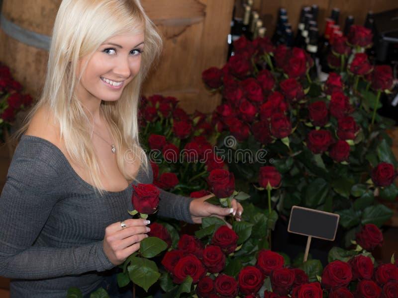 Donna in un negozio di fiore immagini stock