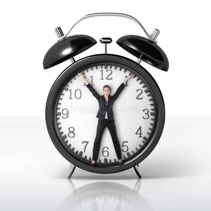Donna in un orologio gigante immagini stock libere da diritti