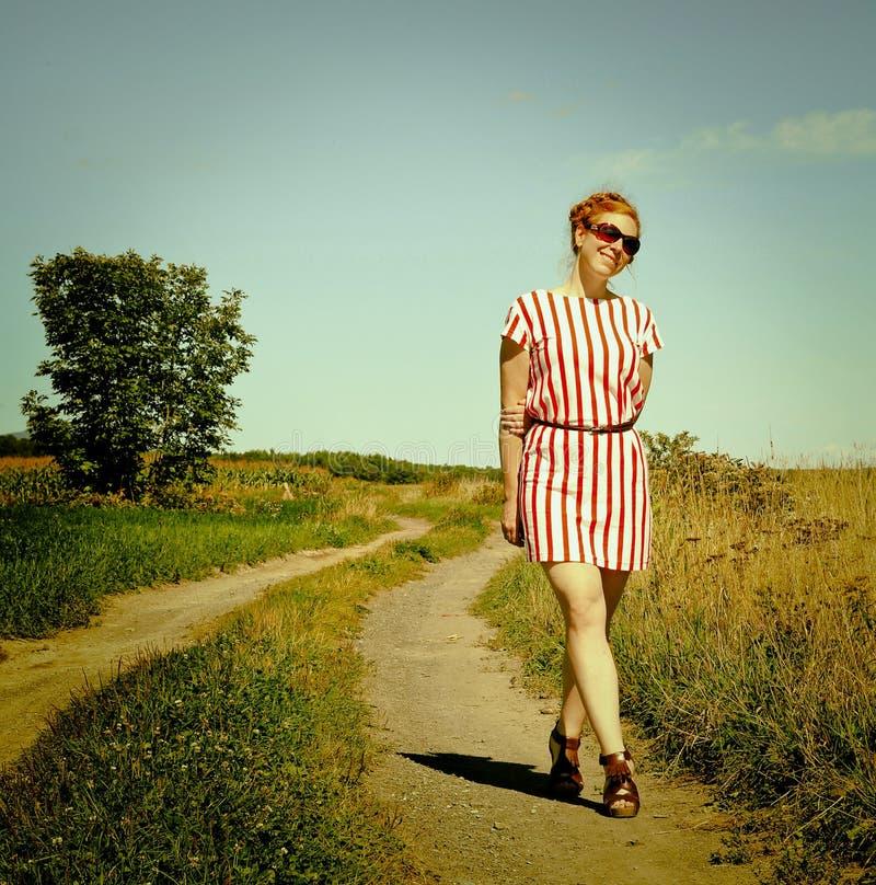 Donna in un percorso fotografia stock libera da diritti