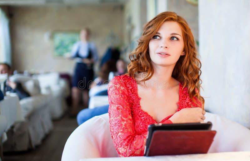 Donna in un ristorante con il menu in mani fotografia stock libera da diritti
