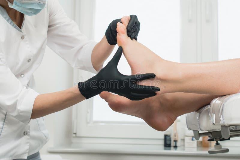 Donna in un salone di bellezza moderno Procedura di Pedicure fotografia stock