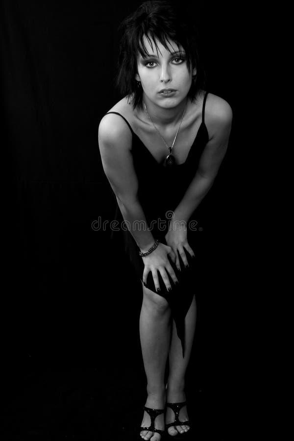Donna in un vestito da sera nero immagine stock libera da diritti