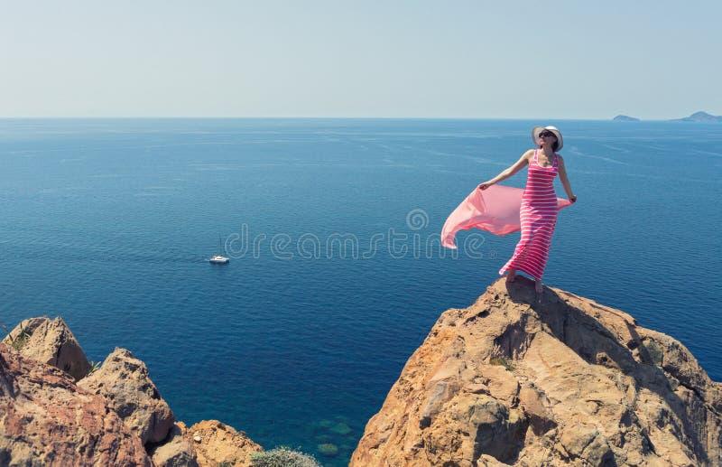Download Donna In Un Vestito Lungo Che Sta Su Un Mare Della Roccia Immagine Stock - Immagine di estate, sole: 56888829