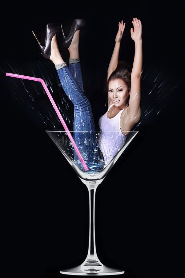 Donna in un vetro del Martini fotografie stock
