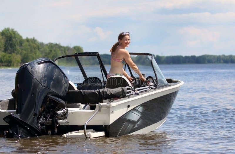 Donna in una barca durante l'estate fotografia stock libera da diritti