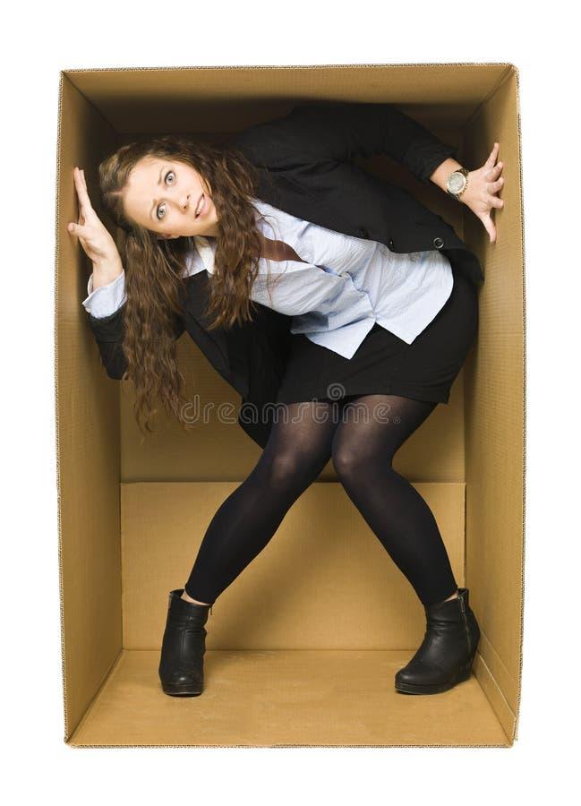 Donna in una casella di Carboard fotografia stock libera da diritti