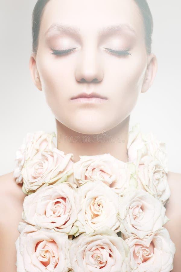 Donna in una collana della rosa e con trucco di cerimonia nuziale immagini stock libere da diritti