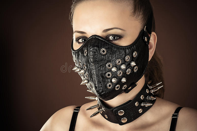 Donna in una maschera con le punte fotografia stock