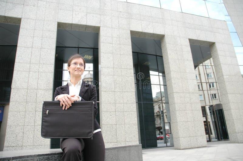 Donna in una parte anteriore di costruzione corporativa 2 illustrazione vettoriale