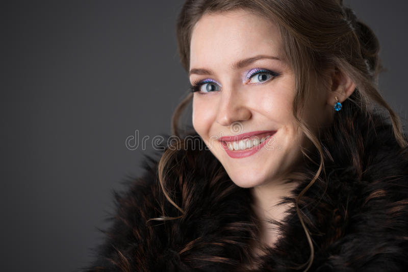 Donna in una pelliccia nera immagini stock libere da diritti