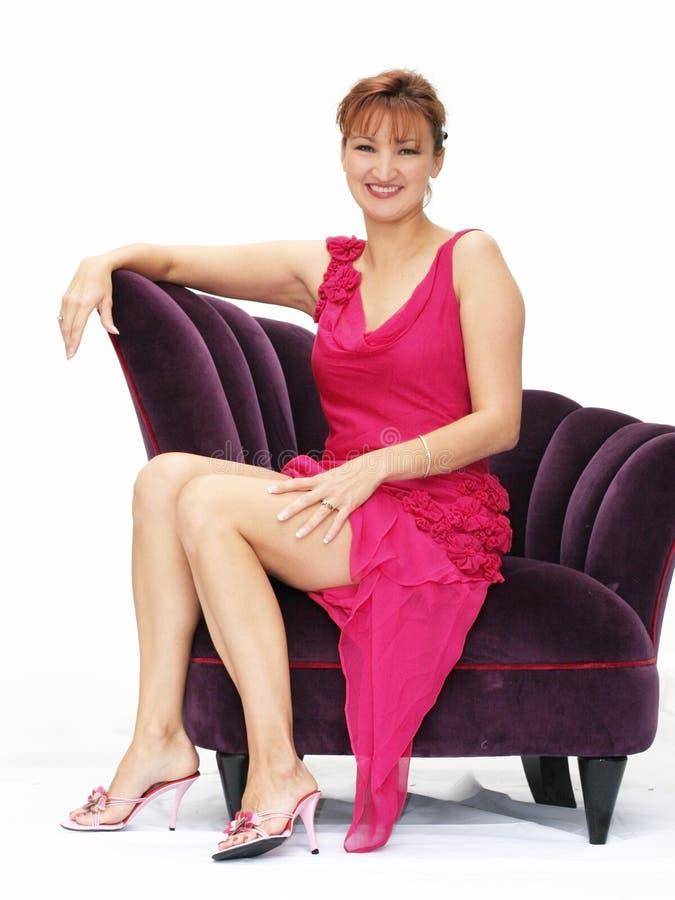 Download Donna in una presidenza immagine stock. Immagine di pink - 450647